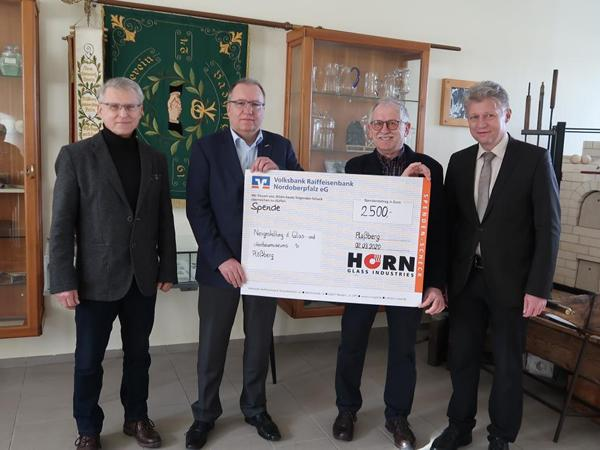 HORN Glass Industries hands over donation to Ploessberg museum