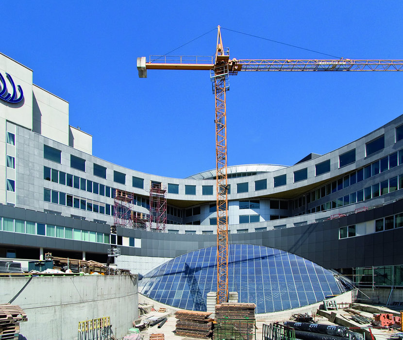 The eye-shaped curtain wall of the hospital hall has a 500 m2 surface area and over 18,000 polycrystalline cells    that produce 31,122 kWh a year.