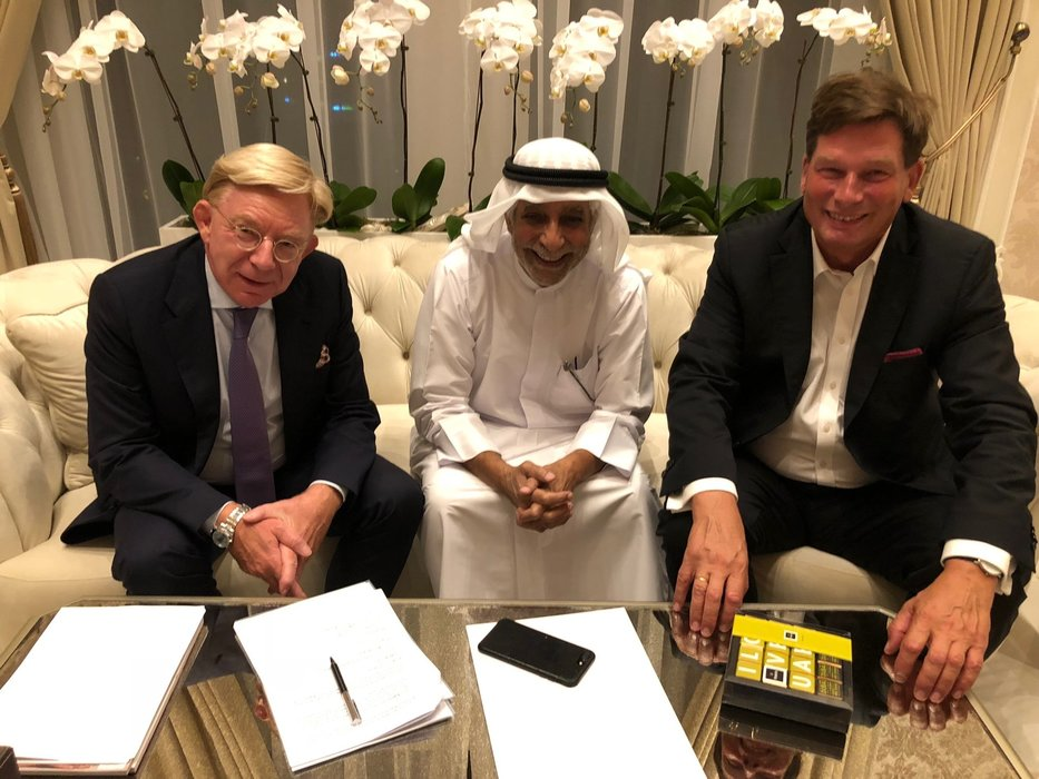 Delighted about signing the contract (from left): Dr Jörg Westphal, Executive Senior Vice President of Schüco International KG, Sheikh Sultan S. Al Qassimi, Dr Hans Gummert, lawyer from Heuking Kühn Lüer Wojtek.