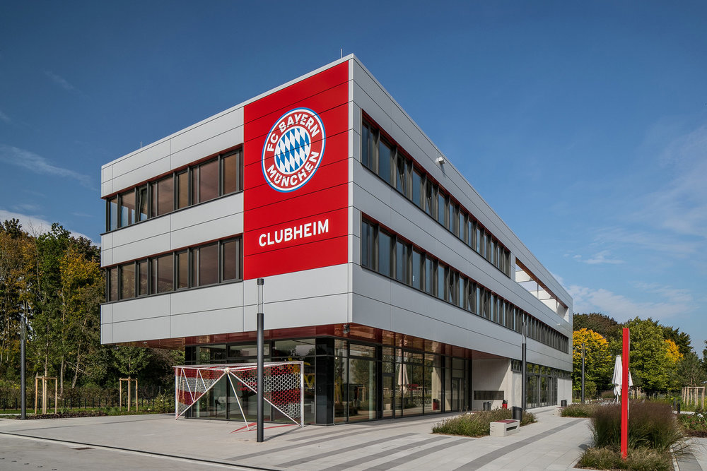 The clubhouse at the FC Bayern Munich campus was fitted with Schüco AWS 75.SI+ bottom-hung windows.