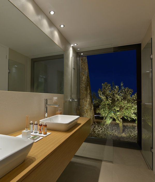 Generous views of the surrounding olive groves from the bathroom: Schüco AWS 70 BS.HI window unit with turn/tilt fittings.